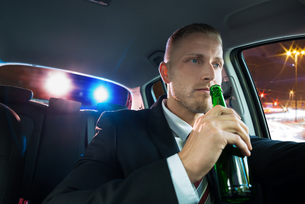Man Drinking Beer Pulled Over By Policeの写真素材 [FYI00654220]