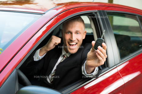 Excited Businessman Showing New Car Keyの写真素材 [FYI00654230]