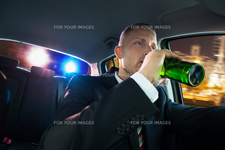 Man Drinking Beer Chased By Policeの素材 [FYI00654231]