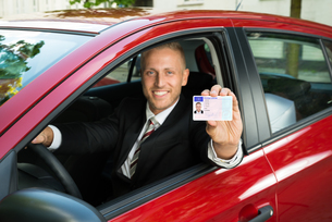 Businessman Showing His Driving Licenseの写真素材 [FYI00654240]