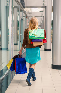 beautiful young woman with a shopping bags in the mallの写真素材 [FYI00654273]