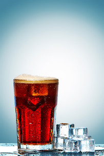 Glass of cola with ice cubesの写真素材 [FYI00654292]