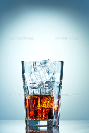 Glass of cola with ice cubesの写真素材 [FYI00654295]