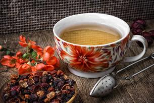 porcelain cup of fragrant tea for medicinal herbsの写真素材 [FYI00654332]