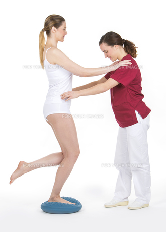 woman with physiotherapistの素材 [FYI00654395]
