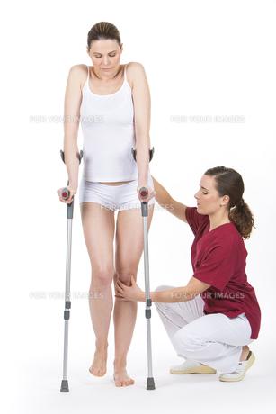 woman with crutchの素材 [FYI00654397]
