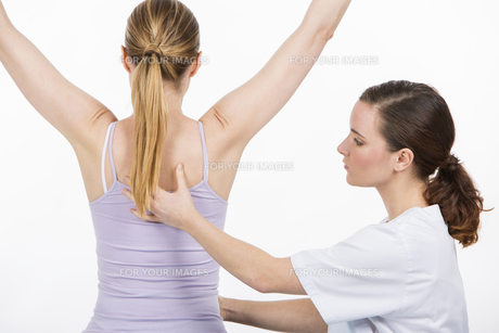 woman with physiotherapistの素材 [FYI00654402]