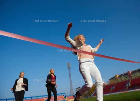 business people running on racing trackの素材 [FYI00654428]