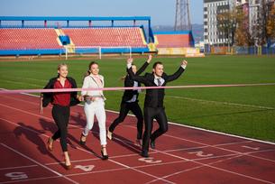 business people running on racing trackの素材 [FYI00654430]