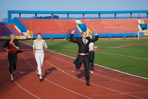 business people running on racing trackの素材 [FYI00654432]