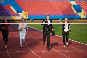 business people running on racing trackの素材 [FYI00654434]