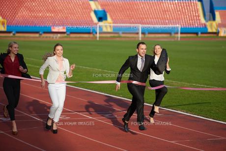 business people running on racing trackの素材 [FYI00654435]