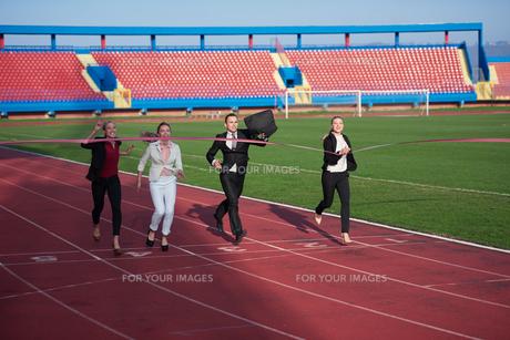 business people running on racing trackの素材 [FYI00654437]