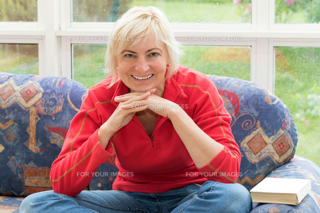 Blonde middle-aged woman is smiling to the cameraの写真素材 [FYI00654438]
