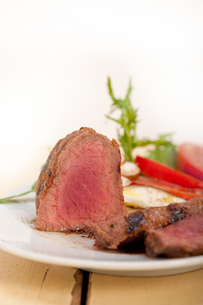 beef filet mignon grilled with vegetablesの写真素材 [FYI00654458]