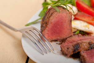 beef filet mignon grilled with vegetablesの写真素材 [FYI00654460]