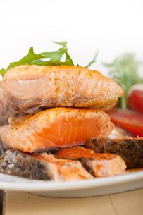 grilled samon filet with vegetables saladの写真素材 [FYI00654492]