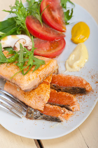 grilled samon filet with vegetables saladの写真素材 [FYI00654493]