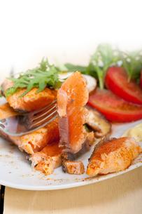 grilled samon filet with vegetables saladの写真素材 [FYI00654497]
