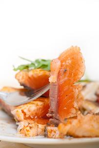 grilled samon filet with vegetables saladの写真素材 [FYI00654498]