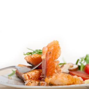 grilled samon filet with vegetables saladの写真素材 [FYI00654499]
