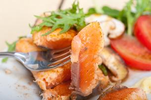 grilled samon filet with vegetables saladの写真素材 [FYI00654501]