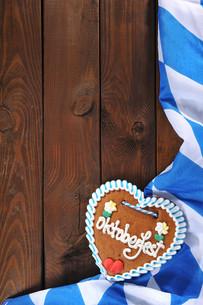bavarian gingerbread heart with bavarian flagの写真素材 [FYI00654513]