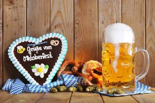 bayerisches lebkuchenherz with beerの写真素材 [FYI00654556]