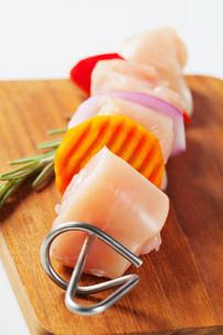 Raw chicken skewerの写真素材 [FYI00654763]