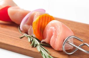 Raw chicken skewerの写真素材 [FYI00654766]