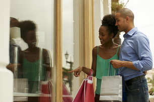African American Couple Looking Shop Window In Panama Cityの写真素材 [FYI00654816]