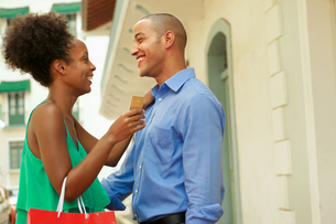 African American Couple Holding Credit Card In Panamaの写真素材 [FYI00654818]