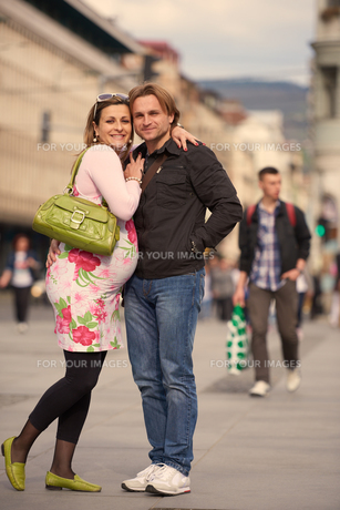 young pregnant couple have fun and relaxの写真素材 [FYI00654987]