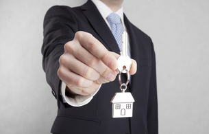 House key in businessman hand with clipping pathの写真素材 [FYI00655076]