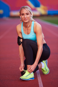sporty woman on athletic race trackの素材 [FYI00655168]