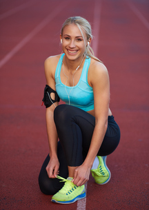 sporty woman on athletic race trackの素材 [FYI00655170]