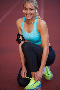sporty woman on athletic race trackの素材 [FYI00655172]