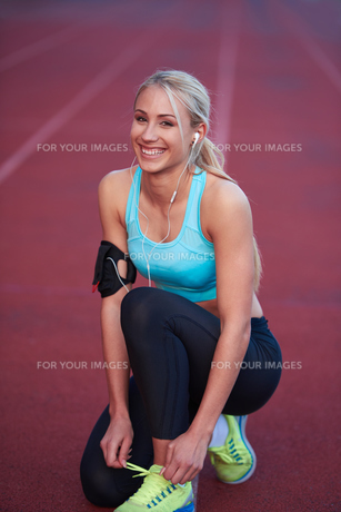 sporty woman on athletic race trackの素材 [FYI00655174]