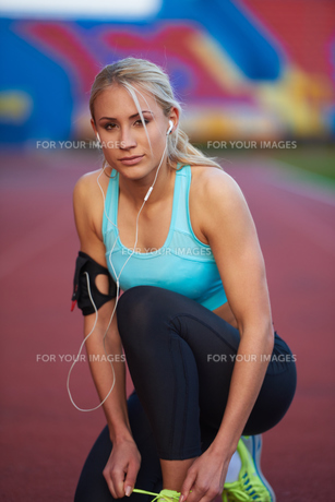 sporty woman on athletic race trackの素材 [FYI00655177]