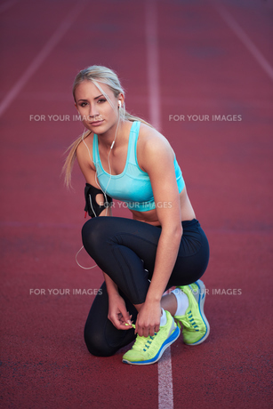 sporty woman on athletic race trackの素材 [FYI00655178]