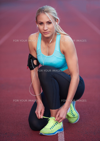 sporty woman on athletic race trackの素材 [FYI00655179]