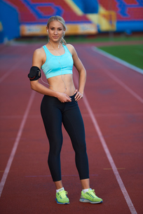 sporty woman on athletic race trackの素材 [FYI00655180]