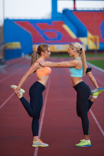 sporty woman on athletic race trackの素材 [FYI00655185]