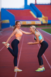 sporty woman on athletic race trackの素材 [FYI00655186]
