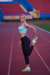 sporty woman on athletic race trackの素材 [FYI00655187]