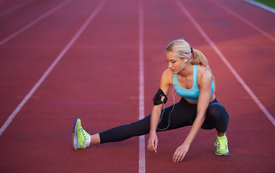 sporty woman on athletic race trackの素材 [FYI00655189]
