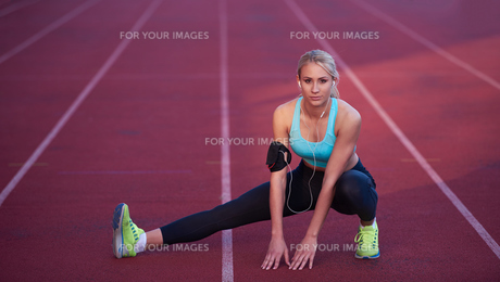 sporty woman on athletic race trackの素材 [FYI00655191]