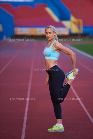 sporty woman on athletic race trackの素材 [FYI00655192]