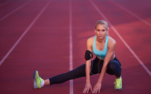 sporty woman on athletic race trackの素材 [FYI00655193]