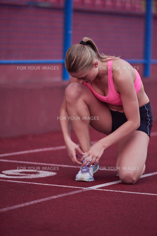sporty woman on athletic race trackの素材 [FYI00655194]